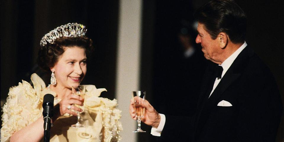 <p>During her official visit to the United States, the queen attended a banquet in San Francisco and toasted glasses with President Ronald Reagan.</p>
