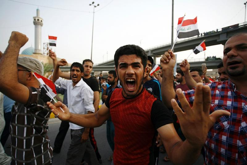Iraqi protesters rally against corruption and poor services on August 7, 2015 in the holy city of Najaf (AFP Photo/Haidar Hamdani)