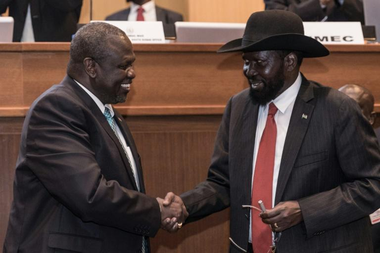 A deadline looms on Saturday for forming a unity government between President Salva Kiir, right, and his former deputy turned rebel leader, Riek Machar (AFP Photo/YONAS TADESSE)