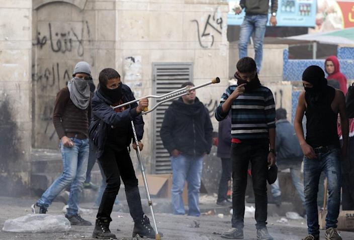 Palestinian stone throwers clash with Israeli security forces on November 10, 2015 in the West Bank town of Hebron (AFP Photo/Hazem Bader)