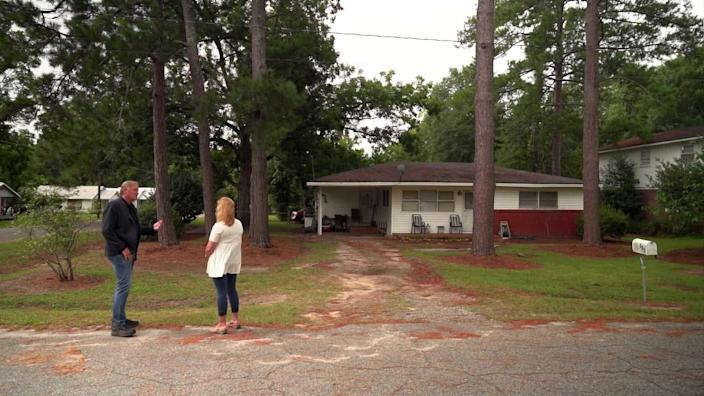 Peter Van Sant and Mary Woods Harber in front of Tara Grinstead's Ocilla home. / Credit: CBS News
