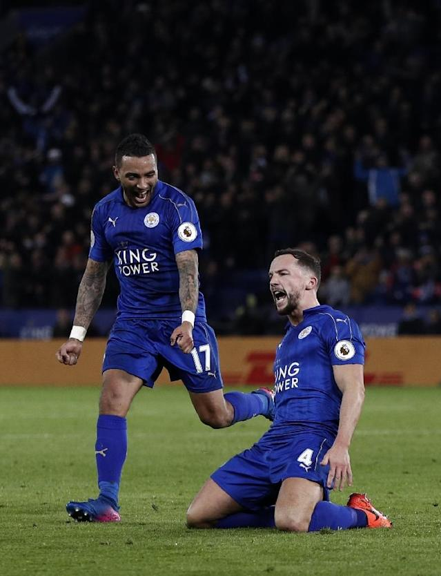 Leicester City's midfielder Danny Drinkwater (R) celebrates scoring with defender Danny Simpson at King Power Stadium in Leicester, central England on February 27, 2017 (AFP Photo/ADRIAN DENNIS)