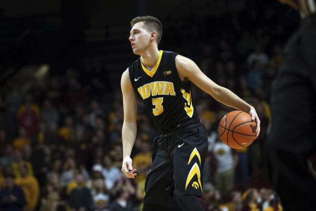 "Iowa's <a class=""link rapid-noclick-resp"" href=""/ncaab/players/136095/"" data-ylk=""slk:Jordan Bohannon"">Jordan Bohannon</a> intentionally missed a free throw on Sunday in Iowa City — but had a pretty good reason. (AP)"