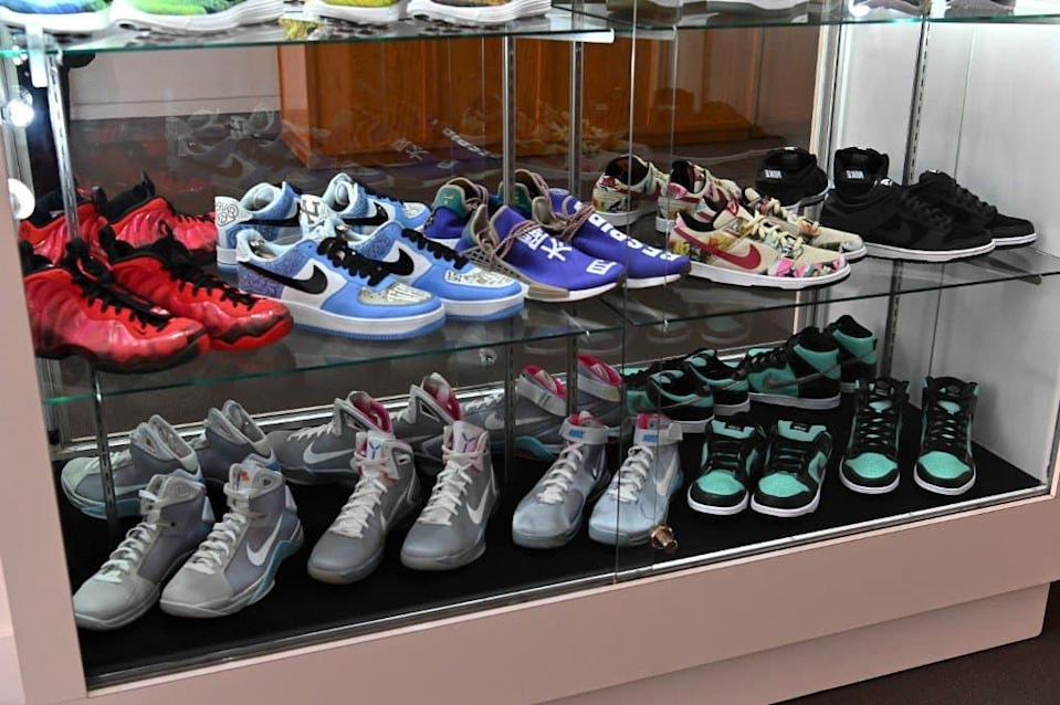 Une collection de sneakers mise en vente aux enchères par Sotheby's à New York en juillet 2019 - DIA DIPASUPIL / GETTY IMAGES NORTH AMERICA / AFP