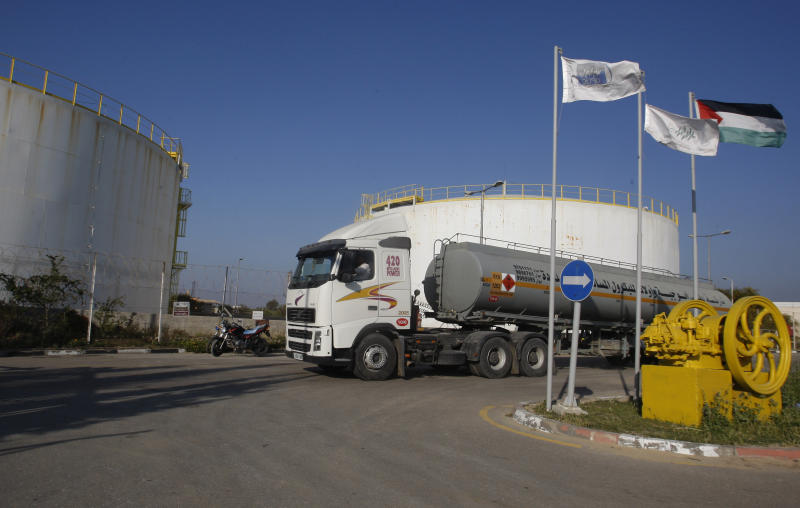 A fuel tanker arrives at Gaza's main power plant in Nusseirat, central Gaza, Friday, March 23, 2012.  Small amounts of Israeli fuel were trucked into the Gaza Strip on Friday, slightly easing an energy crisis provoked by a cut-off of Egyptian fuel, Palestinian and Israeli officials said. (AP photo/Hatem Moussa)