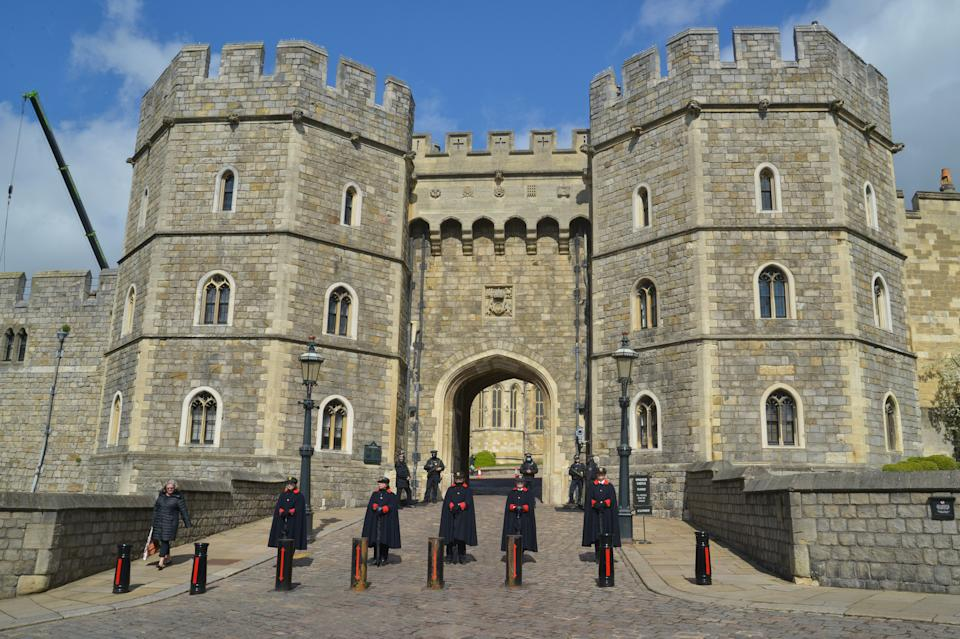 WINDSOR, UNITED KINGDOM - 2021/04/12: Castle workers stand on guard at the entrance of Windsor Castle. Windsor prepares for the funeral of the Duke of Edinburgh, Prince Philip who died at Windsor Castle on Friday aged 99. (Photo by Thomas Krych/SOPA Images/LightRocket via Getty Images)