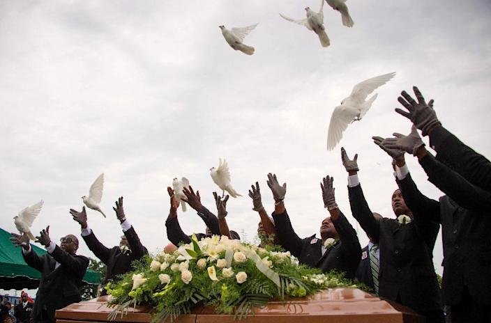 Pallbearer release doves over the casket holding Emanuel AME Church shooting victim Ethel Lance during her burial at the Emanuel AME Church Cemetery in Charleston, South Carolina, June 25, 2015 (AFP Photo/Jim Watson)