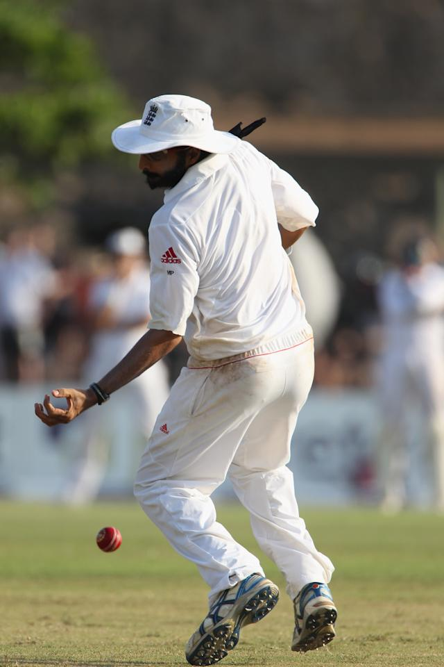 GALLE, SRI LANKA - MARCH 26:  Monty Panesar of England drops a catch off Mahela Jayawardene of Sri Lanka during day one of the 1st Test Match between Sri Lanka and England at the Galle International Stadium on March 26, 2012 in Galle, Sri Lanka.  (Photo by Tom Shaw/Getty Images)