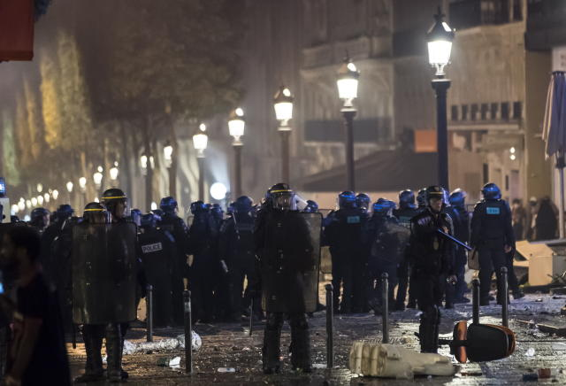 BOR115. Paris (France), 15/07/2018.- French riot police disperse people on Champs-Elysees avenue after French supporters celebrated the victory of France at the FIFA World Cup 2018 final match against Croatia in Paris, France, 15 July 2018. (Croacia, Mundial de Fútbol, Francia) EFE/EPA/IAN LANGSDON