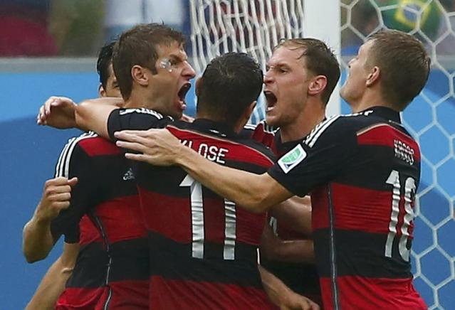 Germany's Thomas Mueller (L) celebrates his goal against the U.S. with his teammates during their 2014 World Cup Group G soccer match at the Pernambuco arena in Recife June 26, 2014. REUTERS/Tony Gentile (BRAZIL - Tags: SOCCER SPORT TPX IMAGES OF THE DAY WORLD CUP)