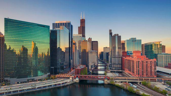 Cityscape image of Chicago downtown at sunrise.