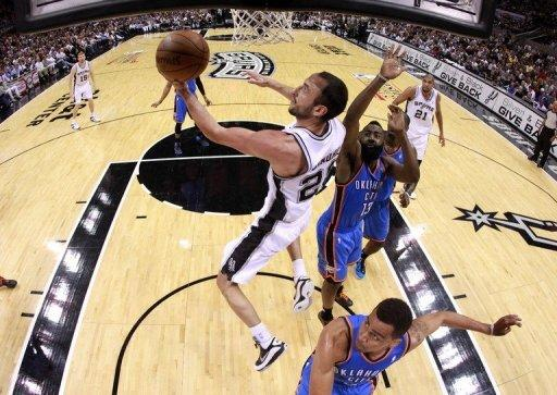 Manu Ginobili (L) scored 26 points for the San Antonio Spurs