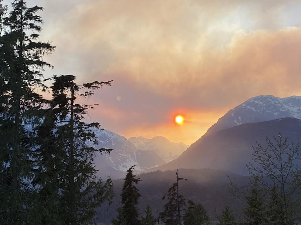 Smoke from a wildfire hangs over the mountains in Squamish, B.C., on April 15, 2020. (Photo: Amy Smart/THE CANADIAN PRESS)
