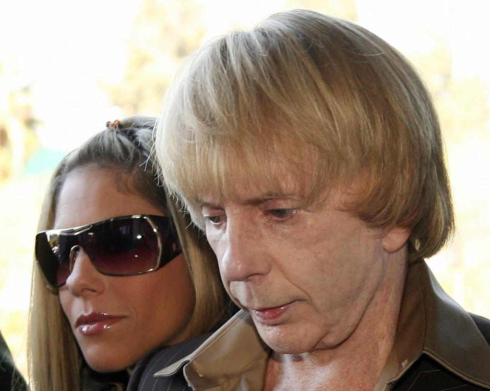 Los Angeles, UNITED STATES: Music producer Phil Spector arrives with wife Rachelle Short at Los Angeles Superior Court during the jury selection phase of his murder trial, in Los Angeles, California, 24 April 2007. Opening statements in the trial of the pioneering rock producer may begin as early as this week. The trial comes more than four years after actress Lana Clarkson was found shot to death at Spector?s mansion. AFP PHOTO GABRIEL BOUYS (Photo credit should read GABRIEL BOUYS/AFP via Getty Images)