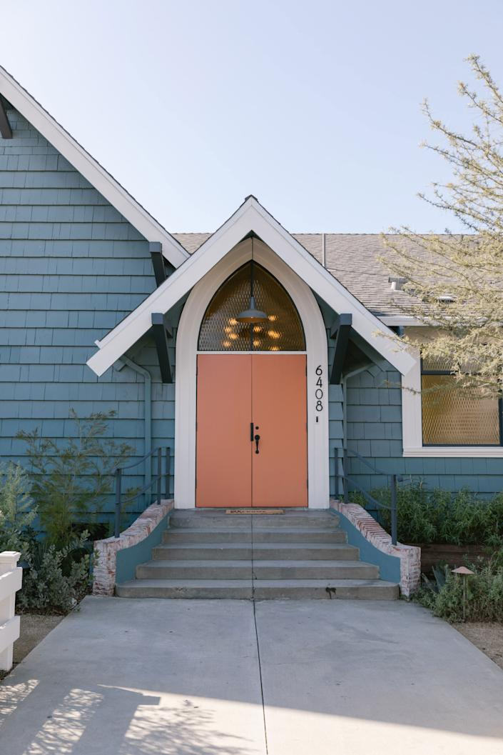 "<div class=""caption""> The front door is making us want to do a blue and coral color scheme in our own home. </div>"