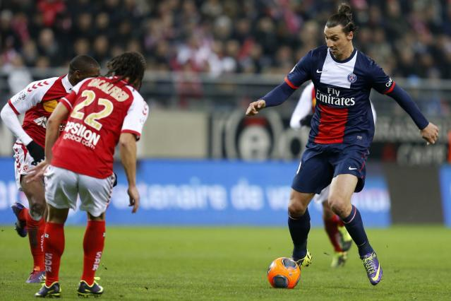 Paris Saint Germain's Zlatan Ibrahimovic (R) fights for the ball with Reims' Mohamed Fofana and Mickael Tacalfred (C) during their French Ligue 1 soccer match at Auguste Delaune Stadium in Reims November 23, 2013. REUTERS/Pascal Rossignol (FRANCE - Tags: SPORT SOCCER)