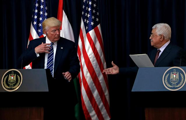 <p>Palestinian President Mahmoud Abbas extends his hand to shake hands with President Donald Trump during a joint news conference at the presidential headquarters in the West Bank town of Bethlehem, May 23, 2017. (Photo: Mohamad Torokman/Reuters) </p>