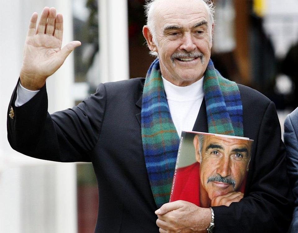 Sean Connery con su libro Being A Scot.