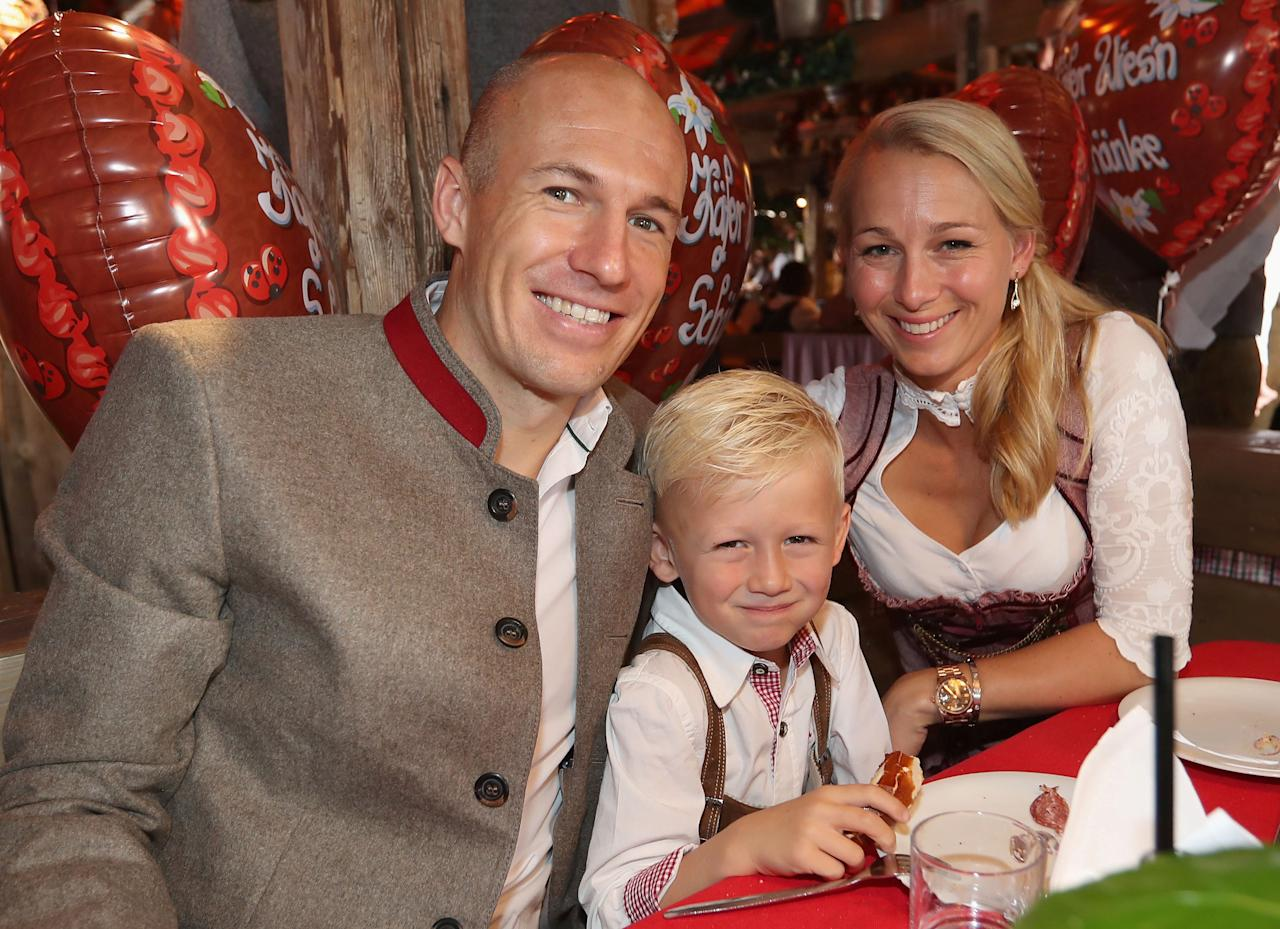 FC Bayern Munich's Arjen Robben, his wife Bernadien Eillert and their son pose during their visit at the Oktoberfest in Munich, Germany, September 23, 2017. REUTERS/Alexandra Beier/Pool