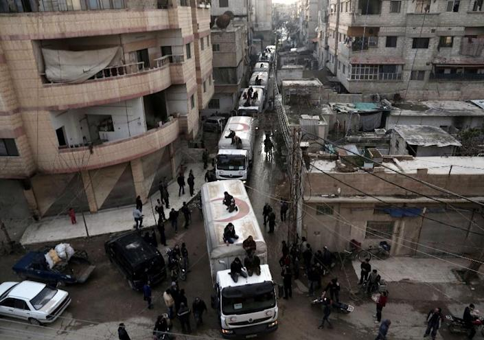 A Red Crescent convoy carrying humanitarian aid arrives in Kafr Batna, in the rebel-held Eastern Ghouta area, on the outskirts of the capital Damascus on February 23, 2016 (AFP Photo/Amer Almohibany)
