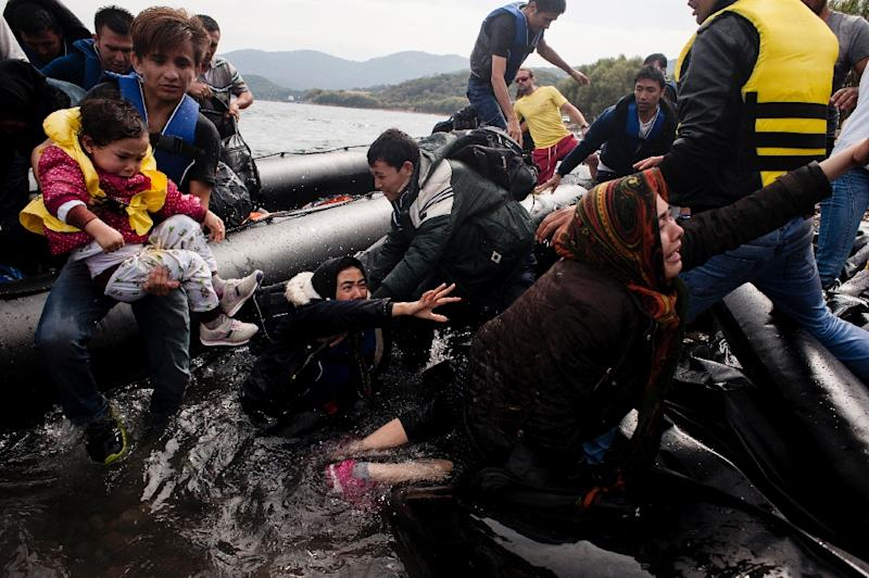 Migrants and refugees arrive on Sykamia beach, west of the port of Mytilene, on the Greek island of Lesbos after crossing the Aegean sea from Turkey on September 22, 2015 (AFP Photo/Iakovos Hatzistavrou)