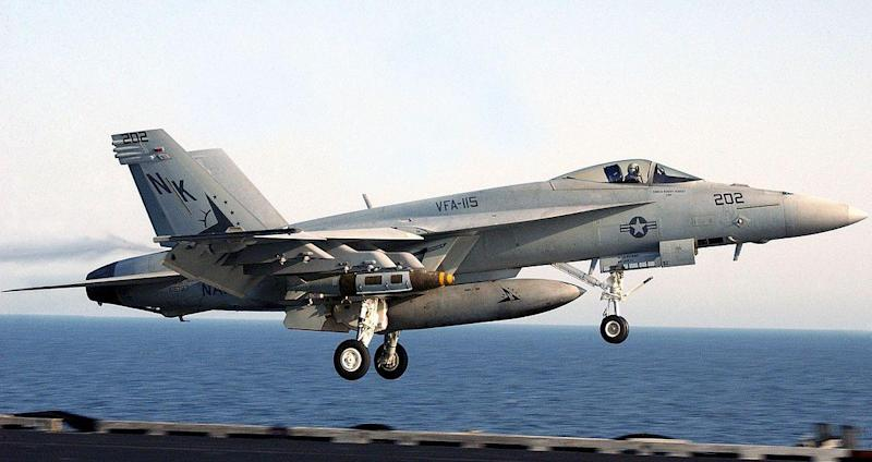 By Photographer's Mate Airman Phillip A. McDaniel, US Navy - en.wikipedia.org (http://en.wikipedia.org/wiki/Image:F-18E_landing_06-10304cr.jpg)Originally from DVIC F/A-18E image page and F/A-18E high resolution image, Public Domain, https://commons.wikime