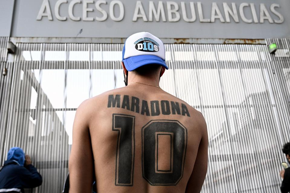 Torcedor na porta do hospital, cena comum na internação de Maradona. Foto: Juan Mabromata/AFP via Getty Images