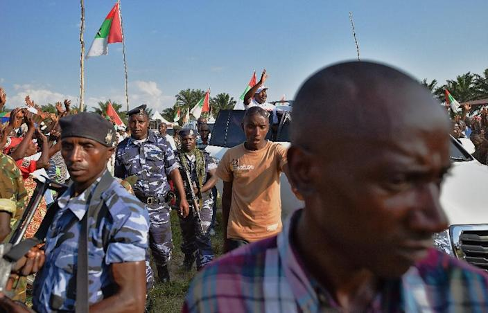 Burundi's President, Pierre Nkurunziza waves from his car, flanked by security forces, while leaving an electoral rally outside Bujumbura on May 23, 2015 (AFP Photo/Carl de Souza)