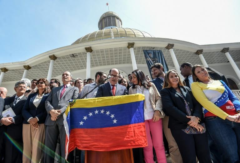 """Most of the Venezuelan parliament asked the armed forces to stop """"repression"""" in opposition demonstrations and be loyal to the Constitution"""