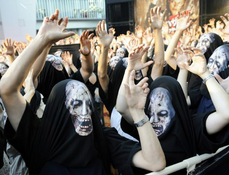 "Movie fans take part in a rehearsal for the world premiere of the Holywood film ""Resident Evil: Afterlife"" in Tokyo, on September 2, 2010"