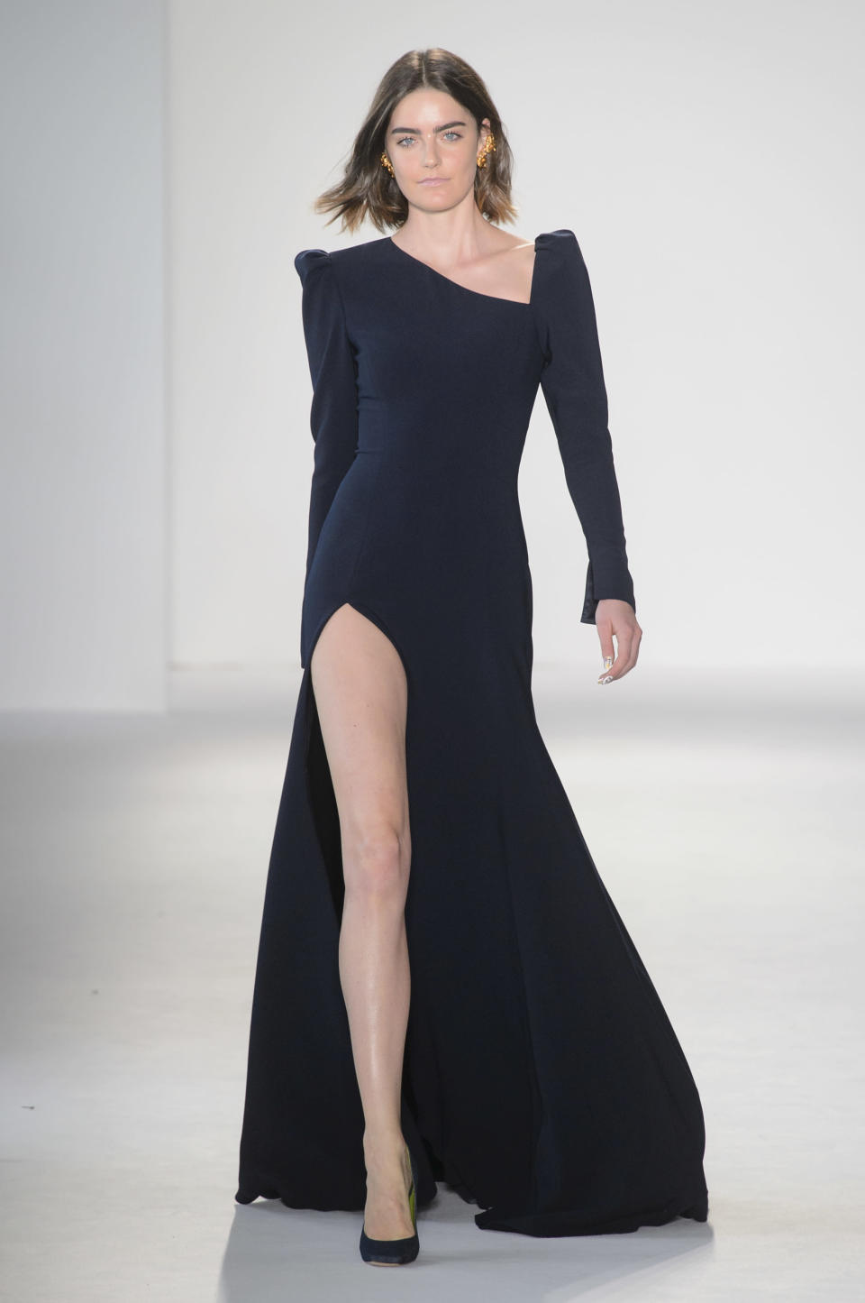<p><i>Model wears a sleek black gown with pointed shoulders and a high slit from the SS18 Christian Siriano collection. (Photo: ImaxTree) </i></p>