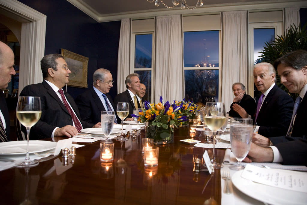 Vice President Joe Biden, Israeli Prime Minister Benjamin Netanyahu and their delegations sit down for dinner at the Naval Observatory in Washington, DC, March 22, 2010. (Official White House Photo by David Lienemann)