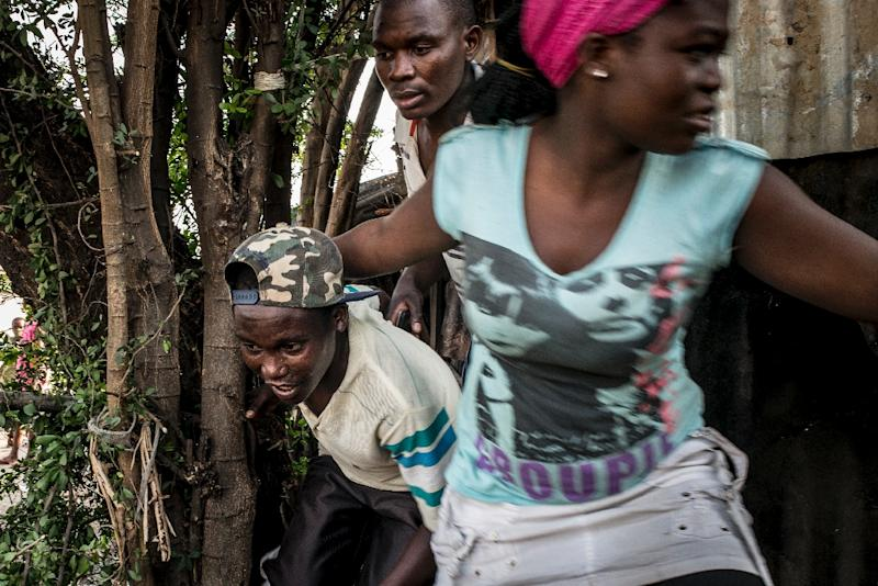 Residents of Bjumbura's Musaga district flee automatic fire, allegedly from police, on June 24, 2015 (AFP Photo/Marco Longari)
