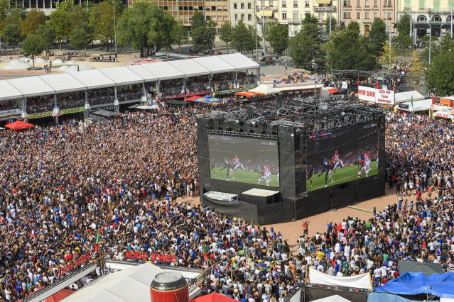PHU30851 PUVI. Geneva (Switzerland Schweiz Suisse), 15/07/2018.- Supporters of the French and Croatian national soccer team react as they watch a public broadcast of the FIFA World Cup final soccer match between France and Croatia in Geneva, Switzerland, 15 July 2018. (Croacia, Ginebra, Mundial de Fútbol, Suiza, Francia) EFE/EPA/MARTIAL TREZZINI