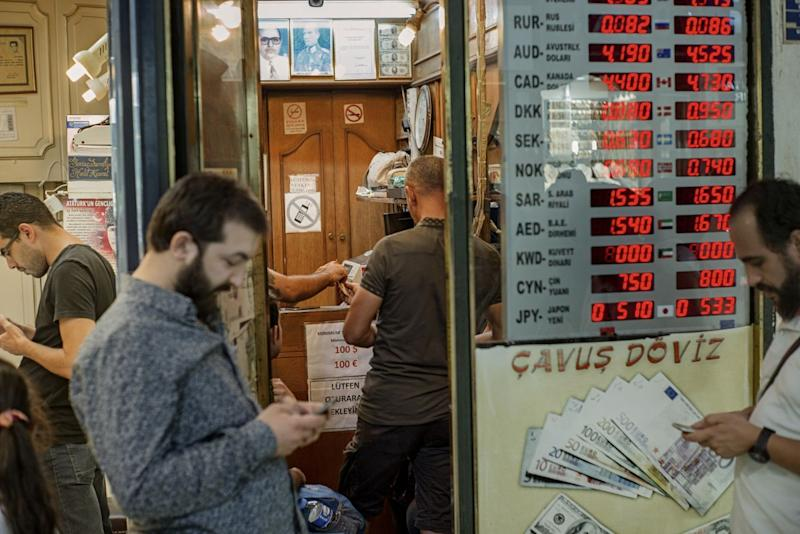 Losing Faith Fast, Istanbul Merchants Throw in Towel on the Lira