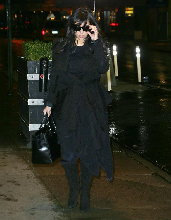 Kim Kardashian Gets Caught In The Rain Without Umbrella As ...