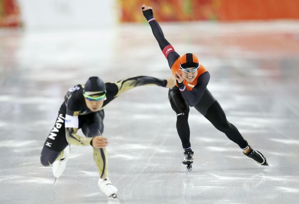 Jan Smeekens of the Netherlands (R) and Japan's Keiichiro Nagashima skate during the men's 500 metres speed skating race at the Adler Arena during the 2014 Sochi Winter Olympics February 10, 2014. REUTERS/Issei Kato (RUSSIA - Tags: OLYMPICS SPORT SPEED SKATING)