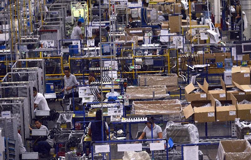 Workers in an auto parts production line in San Luis Potosi, Mexico (AFP Photo/PEDRO PARDO)