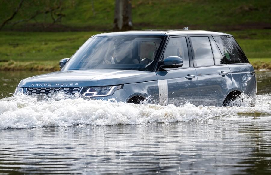 <strong>Land Rover Range Rover (Rs 1.8 cr onwards)-</strong> The Range Rover is one of the most luxurious SUVs yet when it comes to off-roading, it can still teach others a thing or two. Plus it has wading depth sensors and 900mm of wading capacity.