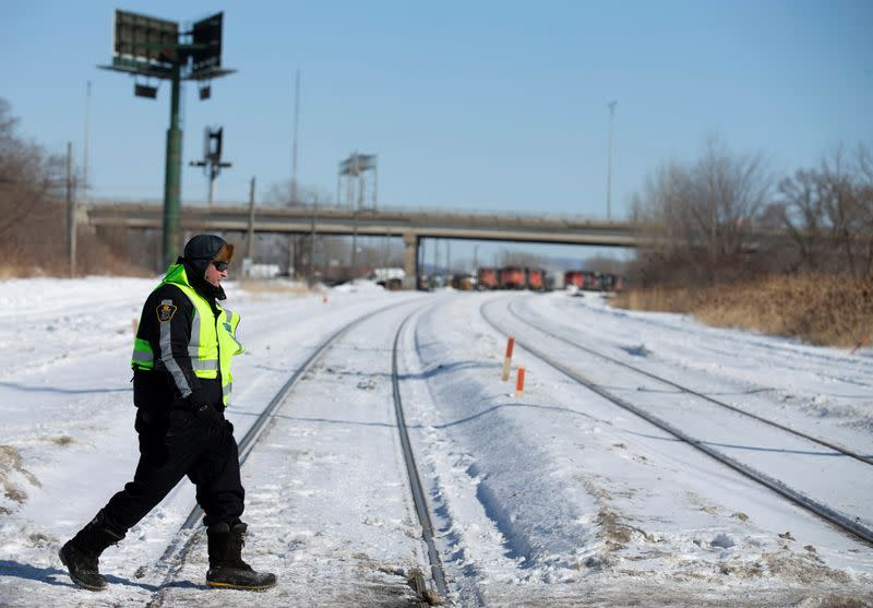 As Canadian rail blockade drags on, police use caution due to legacy of past violence