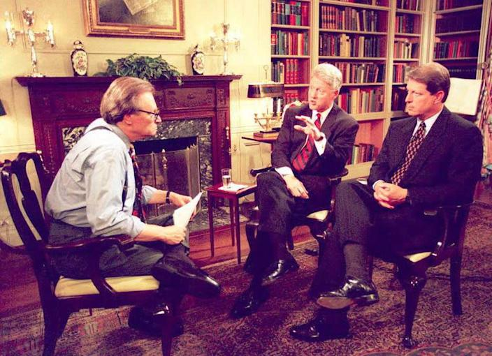 """<div class=""""inline-image__caption""""><p>President Bill Clinton and Vice President Al Gore talk to Larry King in June 1995. </p></div> <div class=""""inline-image__credit"""">AFP via Getty Images</div>"""
