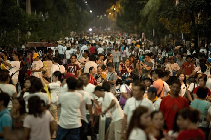 Filipino Catholics gather after Pope Francis' motorcade passed by in Manila on January 15, 2015 (AFP Photo/Noel Celis)