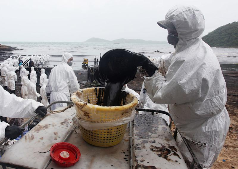 Oil slick spreads as cleanup drags on Thai island
