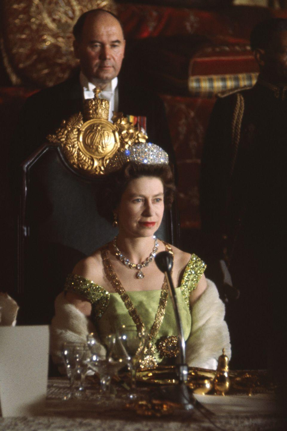 <p>In a green gown and a stunning array of personal jewels. She also wore ornaments signifying Ethiopia's highest order at the Great Throne Hall of the Menelik Palace in Addis Ababa, Ethiopia.</p>
