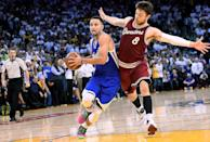 Stephen Curry (L) of the Golden State Warriors drives to the basket on Matthew Dellavedova of the Cleveland Cavaliers during their NBA game at ORACLE Arena in Oakland, California, on December 25, 2015 (AFP Photo/Thearon W. Henderson)