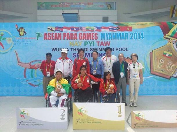 Theresa Goh (centre) wins Singapore's first gold medal at the ASEAN Para Games. (Photo: Singapore Disability Sports Council)