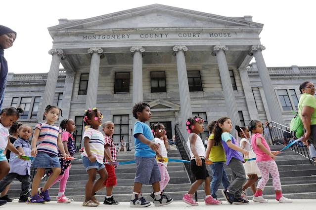 <p>A group of children is walked past the Montgomery County Courthouse where Bill Cosby is waiting for deliberations to finish on the eighth day of his sexual assault trial in Norristown, Pa., June 14, 2017. (Photo: Lucas Jackson/Reuters) </p>