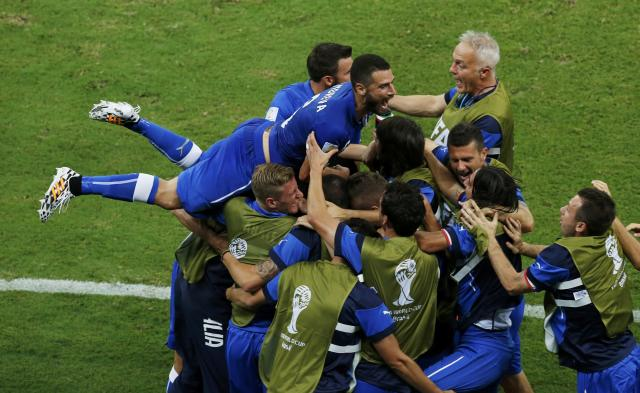 Italy's national soccer players celebrate a goal scored by Claudio Marchisio during their 2014 World Cup Group D soccer match against England at the Amazonia arena in Manaus June 14, 2014. REUTERS/Andres Stapff (BRAZIL - Tags: SOCCER SPORT TPX IMAGES OF THE DAY WORLD CUP)