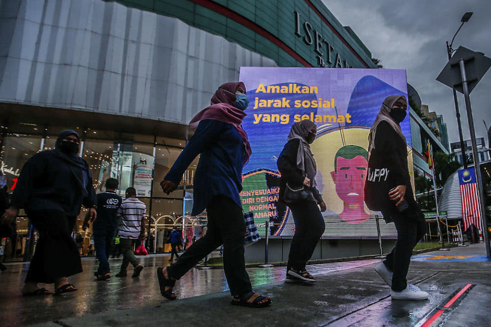 The latest tally brings the total number of cumulative cases since the pandemic began to 2,112,175. ― Picture by Hari Anggara