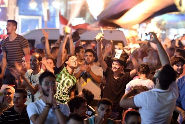 Egyptian football supporters watch the Russia 2018 World Cup Group A football match between Russia and Egypt on a big screen in Cairo (AFP Photo/MOHAMED EL-SHAHED )